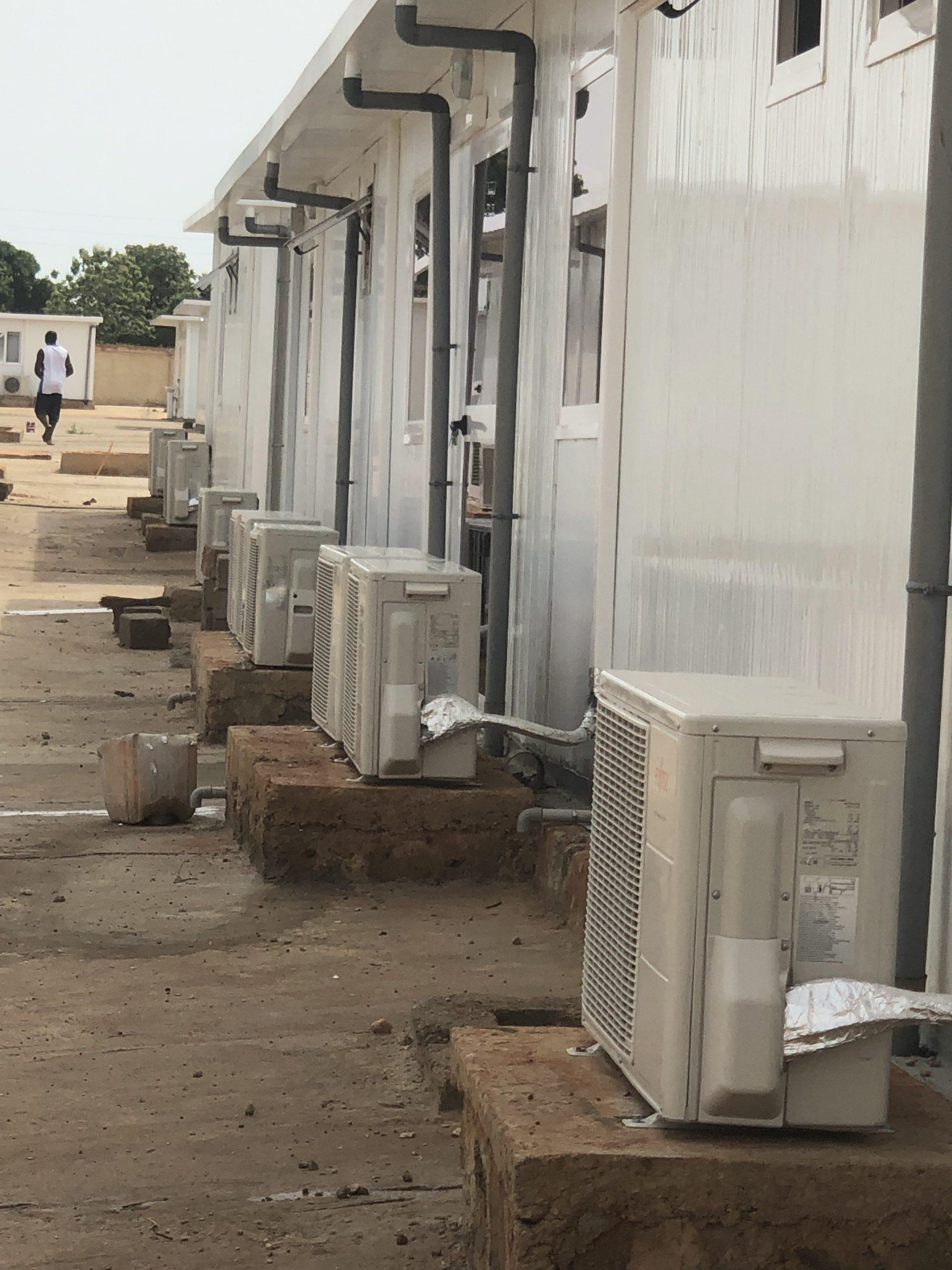 Travaux de pose climatiseur et plomberie sur les CTE Covid-19 Abomey-Calavi