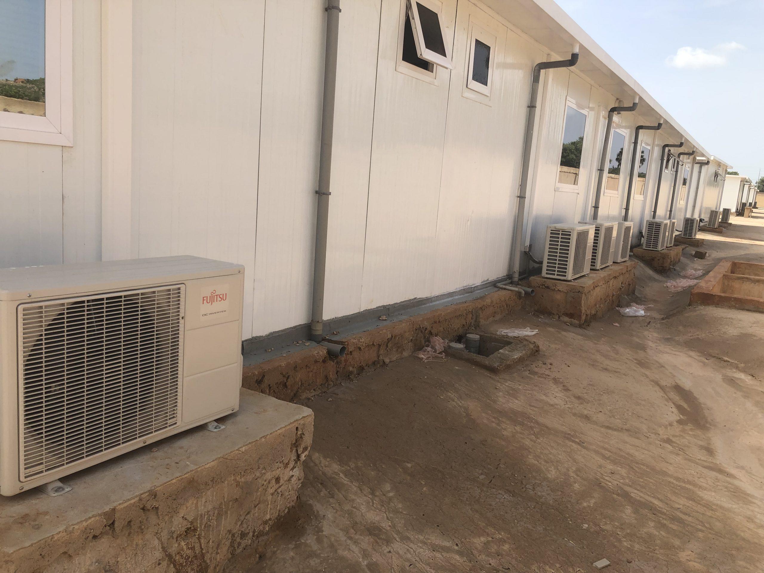 Pose des climatiseurs et plomberie sur les CTE Covid-19 à Natitingou